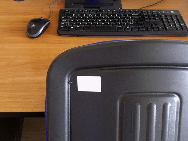 Oznaczenie tagami (chipami) RFID UHF wyposażenia biurowego.